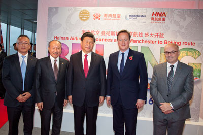 Chinese President Xi Jinping, British Prime Minister David Cameron, HNA Group chairman Chen Feng,and Manchester Airports Group chief executive Charlie Cornish take a group photo